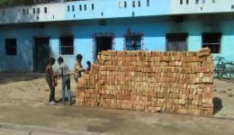Here you can see the stock of bricks for the pillars. In addition, panels will be supplied for the roofs. As usual in India, everything is unloaded by hand and neatly piled up.