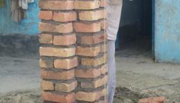 Besuch der Kolonie Chota Phool. Der FriendCircle WorldHelp finanziert den Bau von Vordächern vor den Hütten der Bewohner. Kaum ist das Material eingetroffen, beginnen schon die Arbeiten. Eine der Stützen für die neuen Vordächer.