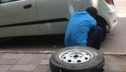In Delhi Sunny helps us wherever he can. With his own little car he drives us to the soup kitchen, etc. Here he is repairing the broken tire of his vehicle.