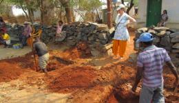 In der Leprakolonie Deena Karuna in Telangana beginnen die Bauarbeiten für einen öffentlichen Waschplatz.