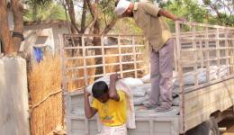 Die Zementsäcke für den Bau des Wassertankes und Waschplatzes werden abgeladen.