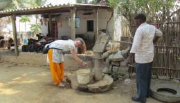 Von diesem Handbrunnen wird das Wasser zu dem Waschplatz geleitet, den wir in Auftrag gegeben haben.