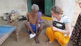 Dieser ältere ausgemergelte Mann ist alleinstehend. Er hat niemanden, der ihn mit Essen versorgen kann und die nächste Stadt ist von dieser Kolonie zu weit entfernt, um einer Betteltätigkeit nachzugehen. Wir sprechen mit ihm und schenken ihm 1000 Rupees, etwa 12 €, für ein wenig Nahrung, über die er sich sehr freut.
