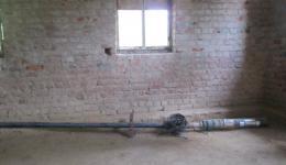 Der Brunnen in der Jammigunta Kolonie ist nicht mehr funktionsfähig, da Sand die Wasserzufuhr versperrt. Die Pumpe wird in der Kirche aufbewahrt und wir beauftragen jemanden mit der Reinigung, um sie vor Rost und Dreck zu schützen, bis wir den Pumpen reparieren können.