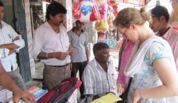 Für die Kinder des Lepradorfes Chota Phool in Bihar erhalten einen Rucksack, um die Schulsachen ordentlich zur Schule tragen zu können.