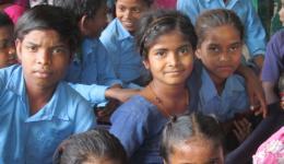 Die Kinder haben sich in Chota Phool versammelt, um uns ihre Schulleistungen zu zeigen.
