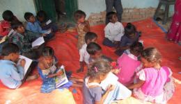 Die übrigen, fleißigen sind umso bemühter, uns ihren Leistungswillen und ihre Kenntnisse zu zeigen. Sie schreiben in Ihre Hefte Aufgaben in Hindi, Englisch und Rechenübungen und zeigen sie uns stolz.
