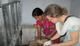 In dieser Kiste werden die von uns gekauften Schulmaterialien aufbewahrt und bei Bedarf an die Kinder verteilt.