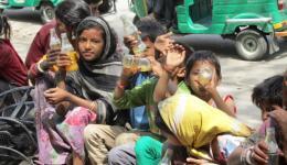 """Regelmäßig halten wir in Delhi unsere """"Suppenküche"""" ab. Die schon bekannten Kinder und ihre Eltern werden von uns unter der Autobahnbrücke, wo sie leben, aufgesucht und begleiten uns zu einem Essensstand."""