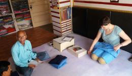 Für die Schuluniformen der Kinder wird auch Stoff eingekauft. Ludmila begutachtet die Qualität.