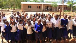 Die Schüler freuen sich über unsere Spende