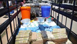 Die LKW Ladung für Schule und Dorf - der Friendcircle spendete: Hefte, Bücher, Bleistifte, Radiergummi, Wassersammelbehälter etc.