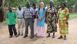Alexandra mit Lehrern der Schule - die Lehrkräfte bekommen ein kleines Gehalt vom Staat