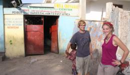"""Zwei junge Deutsche die dort freiwillig ein Jahr helfen - ein freiwilliges Jahr, das Programm der deutschen Bundesregierung das sie unterstützt heißt """"Weltwärts"""", weitere Bilder folgen..."""