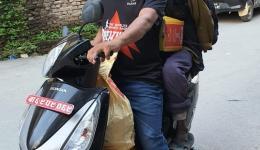 Manche haben das Glück und können ein Stück auf einem Motorroller mitfahren ;-)