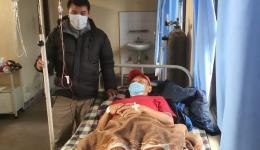 Medizinische Unterstützung für einen Sherpa-Kollegen von Mingmar
