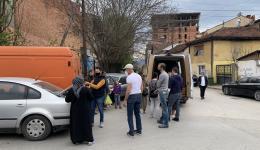 Manche Übergaben finden an Straßenecken oder auf Parkplätzen statt... Die Zeit läuft, denn ab 20 Uhr ist in Skopje Sperrstunde.