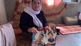 Wenn du deine Lieben vielleicht nie mehr bei dir haben wirst...  Mutter Gauri zeigt Fotos ihrer Kinder, die vermisst sind.