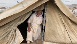 Großmutter Shalina wohnt ganz alleine in ihrem Zelt. Seit sie sich ein Jahr lang in der Gefangenschaft des IS befunden hat, verlässt sie ihre Unterkunft nur noch, wenn es unbedingt sein muss. Über die dicke Decke, die sie im Winter gut verwenden kann, freut sie sich sehr...