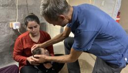 Die kleine Olia ist körperlich stark eingeschränkt. Sie braucht regelmäßig Medikamente... In vielen Zelten und Unterkünften wird ein Zuschuss für Medikamente oder für notwendige Operationen gegeben.