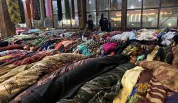 Der Plan ist, dass eine Schneiderei eingerichtet werden soll. Frauen, die aus Syrien oder aus anderen Teilen Iraks vor dem Krieg geflüchtet sind soll die Möglichkeit gegeben werden, das Schneiderhandwerk zu erlernen... Hier werden Stoffe eingekauft.