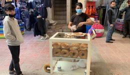 Hier werden Sesamkringel mit Nutella bestrichen und an vorübergehende Kundschaft verkauft.