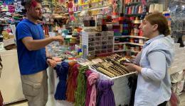 Berevan sucht Bänder und Bordüren aus.  Baderkhan verhandelt den besten Preis...