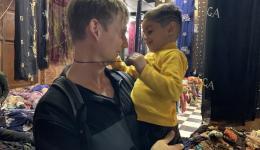 Raja, ein kleiner Junge, den wir in einem weiteren Textilgeschäft treffen, lässt Jürgen nicht mehr los.