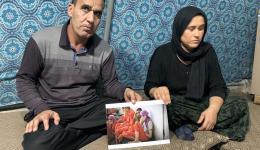Khola (die Mutter) und Dakhil (der Vater) zeigen uns ein Foto, welches ihnen anonym zugesandt wurde. Zu sehen ist ihr Sohn Raja (rechts vorne mit lila Kopftuch). Raja befindet sich seit 2014 in der Gefangenschaft des IS...