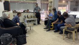 Zunächst können sechs Männer aus den Flüchtlings-Camps das Handwerk erlernen. In einer Fabrik für Kunststoffe und dazugehörige Maschinen zur Verarbeitung des Materials lassen wir uns beraten...