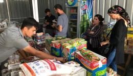Wir gehen einkaufen um die bedürftigsten Familien mit einer Ration an Essen, Waschpulver, Seife, Öl usw. für ein bis zwei Monate zu versorgen...