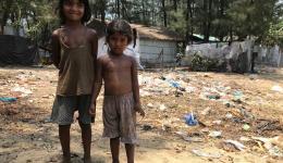 Kinder vor ihrem Dorf, einem Armenviertel in der Nähe von Cox Bazar.