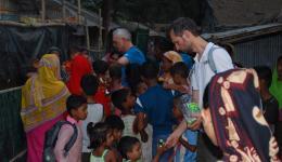 Alois und Michael verteilen Süßigkeiten an die Kinder eines Slums.
