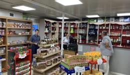 45 Pakete mit Grundnahrungsmitteln á 85.00€ und 45 Hygiene-Kits á 20,00€ werden in Geschäften bestellt.