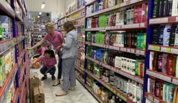 Sorgfältig werden die Artikel von Christina und den Helferinnen ausgesucht. Preise verglichen und beraten.