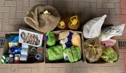 Die Lebensmittel und Hygieneprodukte in der Draufsicht.
