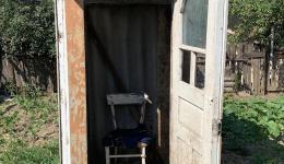 Eines von vielen Toiletten-Häuschen von außen und innen...