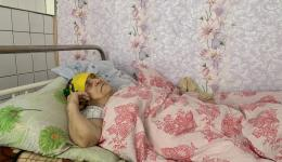 Ihr Mann starb vor zwei Jahren. Sie weinte so sehr, dass sie blind wurde.