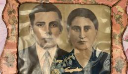 Dies ist das Hochzeitsfoto der Frau- sorgfältig verpackt in Folie hängt es an der Wand...