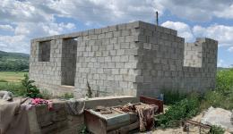 Der begonnene Neubau. Bis zum Winter wird das Haus nun fertiggestellt. Die Gemeinde wird bei Organisation und Bau helfen, versichert uns unser Freund, der Bürgermeister.
