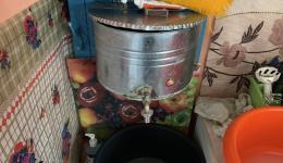 Dieser Behälter ist in einer Küche angebracht. Oben gießt man zuerst Brunnenwasser hinein = fließendes Wasser...