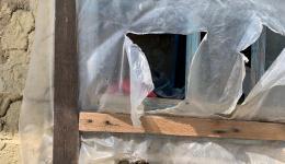 """Fenster, die kaputt sind werden mit Folie notdürftig """"verschlossen"""". Im Sommer braucht man etwas mehr Luft.  Dann wird kurzerhand wieder eine Öffnung in die Folie geschnitten."""