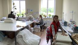 Maria ist eine mutige junge Frau, ca. 30 Jahre. 2017 eröffnete sie mit einem Kredit eine Schneiderei, für Baby- und Kinderkleidung, in welcher mittlerweile zehn weitere Frauen eine Beschäftigung haben. Blick in die Werkstatt...