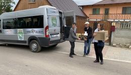 Heute und auch in den nächsten Tagen werden viele Pakete mit Nahrungs- und Hygieneartikeln verteilt. Die Kinder sind zurückhaltend, oft schüchtern...