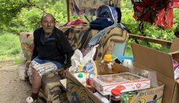Als der alte Mann einen finanziellen Zuschuss für seine Familie bekommt, weint er... Früher arbeitete er auf dem Bau, aber ihm wurde ein Bein abgenommen.