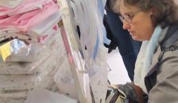 Am Morgen kaufen wir die Gutscheine im Kinder-Bekleidungsgeschäft. Gitti und Claudia schauen sich die Produkte an...