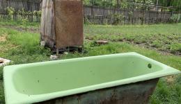 Eine Außendusche mit Badewanne...