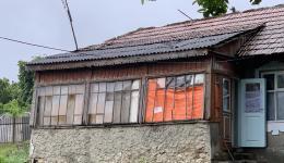 Die Fenster der Häuser sind oft kaputt. Gegen Regen und Kälte werden die Öffnungen mit Plastikplanen verhängt...
