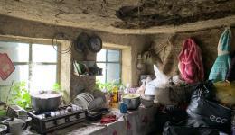 Wegen starkem nächtlichen Regen fielen Stücke der Decke eines kleinen Hauses in das Zimmer. Zum Glück waren zu diesem Zeitpunkt alle Bewohner draußen...
