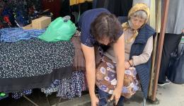 Oma Victoria bekommt auf dem Markt neue Schuhe, einen Rock, eine Bluse und eine neue Strickjacke. Am kommenden Sonntag, wenn sie zur Kirche geht, möchte sie die neuen Sachen zum ersten Mal tragen.